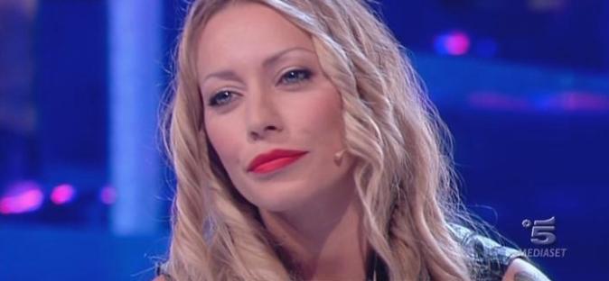 """Karina Cascella contro Cecilia e Ignazio, replica a Belen Rodriguez: """"Non mi faccio mettere i piedi in testa da lei"""""""