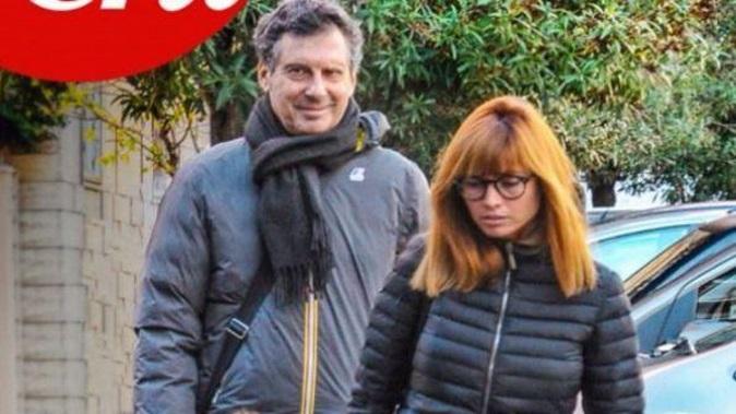 Gossip news, Fabrizio Frizzi torna a sorridere dopo l'ischemia: prima foto insieme alla moglie e alla figlia