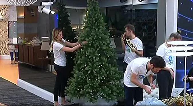 Grande Fratello Vip 2, Giulia De Lellis è stanca: arriva il Natale nella Casa, i gieffini addobbano l'albero