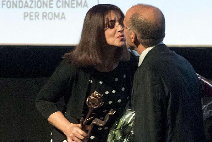 Monica Bellucci difende Giuseppe Tornatore dalle accuse di Miriana Trevisan, il bacio sul palco