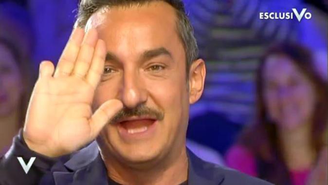 Nicola Savino a Verissimo, il racconto shock: 'Una infermiera mi ha tagliato un dito' (Video)