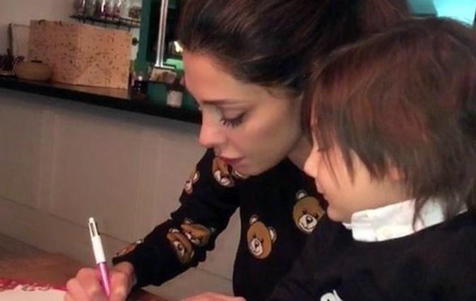 Belen Rodriguez, lettera di Santiago a Babbo Natale: Stefano De Martino commenta l'ex (Video)