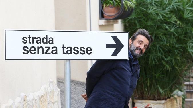"""La strada senza tasse, Flavio Insinna su RaiTre con un esperimento sociale nel cuore di Eboli: """"cittadini-cavia"""""""
