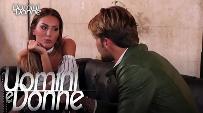 Uomini e Donne, anticipazioni: Paolo si riprende Angela ma bacia le altre, Nicolò regala vestiti tutti uguali