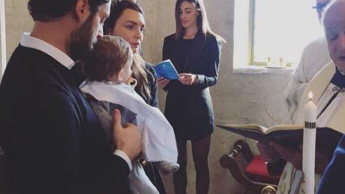"""Belen Rodriguez madrina di battesimo scatena l'ira del web: è polemica per outfit troppo """"sexy"""""""