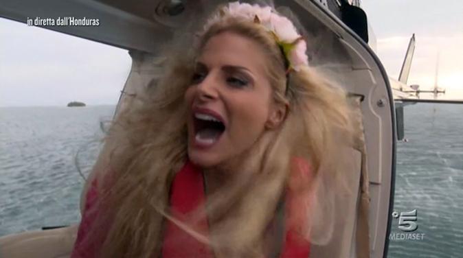 Isola dei Famosi 2018, Francesca Cipriani: 'follia' in elicottero, il momento cult della prima puntata (Video)
