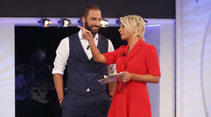 Ascolti Tv, 13 gennaio 2018: C'è posta per te, esordio boom con 5,7 mln; Mr Felicità a 3,4 mln