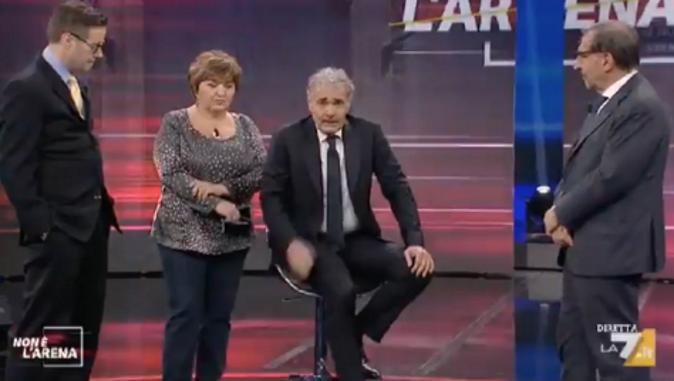 Massimo Giletti, malore in diretta tv durante Non è l'Arena: portato via in ambulanza – VIDEO