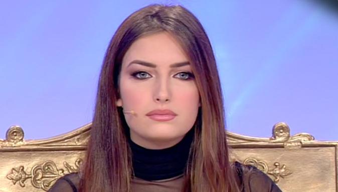 Uomini e Donne, due eliminazioni incredibili: Nilufar scoppia in lacrime per i commenti social