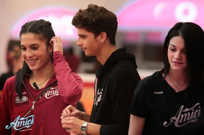 Amici 17, Alessandro dei The Jab tra Claudia e Nicole: gli avvicinamenti mandano in tilt le ragazze – VIDEO