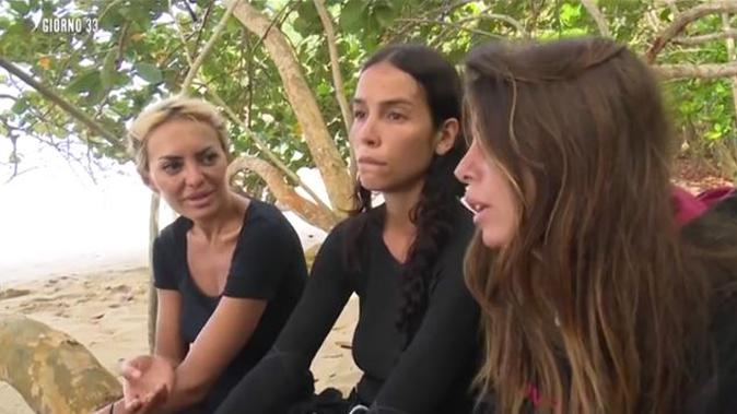"""Isola dei Famosi 13, duro scontro tra Elena e Bianca: """"Ci hai dato dei falliti!"""", la Atzei si slega da Paola"""