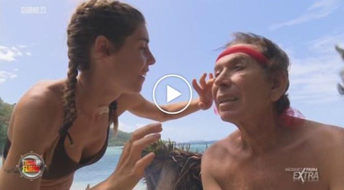 """Isola dei Famosi 2018, Bianca Atzei trucca Giucas Casella: """"Che bello… sembro Sandokan!"""""""