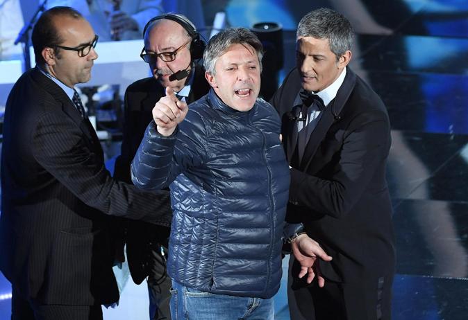 Irruzione a Sanremo 2018, Fiorello interrotto da un uomo sul palco: ecco cosa è successo (Video)