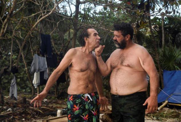 Isola dei Famosi, i naufraghi soffrono la fame: Giucas Casella mangia il cocco marcio