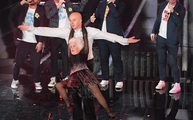 Sanremo 2018, La vecchia che balla de Lo Stato Sociale: Paddy trovata dopo una ricerca su Google
