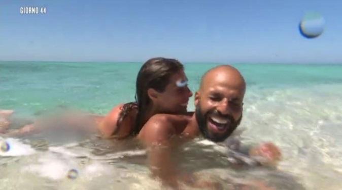 """Isola dei Famosi 2018, Bianca Atzei e Jonathan nudi in acqua: """"Mai fatto una cosa del genere in vita mia!"""""""