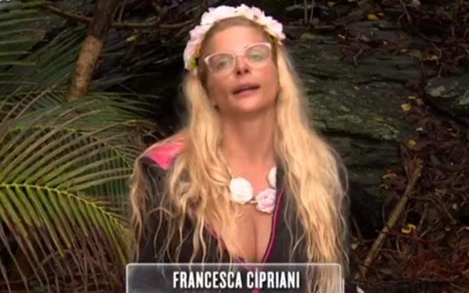 Isola dei Famosi 13, Francesca Cipriani finge di stare male? Le accuse di Bianca e Nino