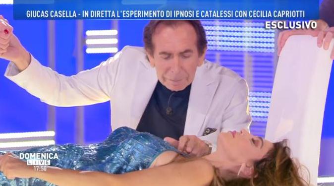 """Domenica Live, Giucas Casella ipnotizza Cecilia Capriotti: """"Cosa c'è stato con Amaurys Perez?"""""""