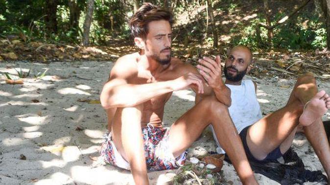Isola dei Famosi 13, Marco e Jonathan tra coccole e carezze: il web spera nella storia d'amore