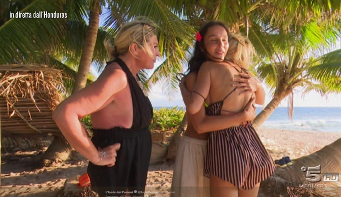 Isola dei Famosi 13, Paola Di Benedetto eliminata: Nadia ed Elena rimangono in gioco