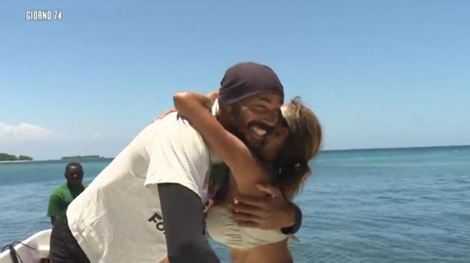 Isola dei Famosi 13, Amaurys Perez torna sulla spiaggia: Alessia Mancini pazza di felicità