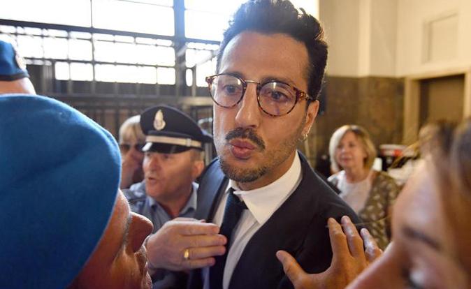 """Fabrizio Corona, rissa sfiorata fuori da un locale: """"Quell'uomo gli ha rubato un Rolex"""", parla l'avvocato"""
