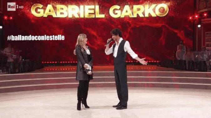 """Gabriel Garko, Ballando con le Stelle 2018: volto nascosto e gaffe, """"ballavo con una bimba brutta e cicciona"""""""