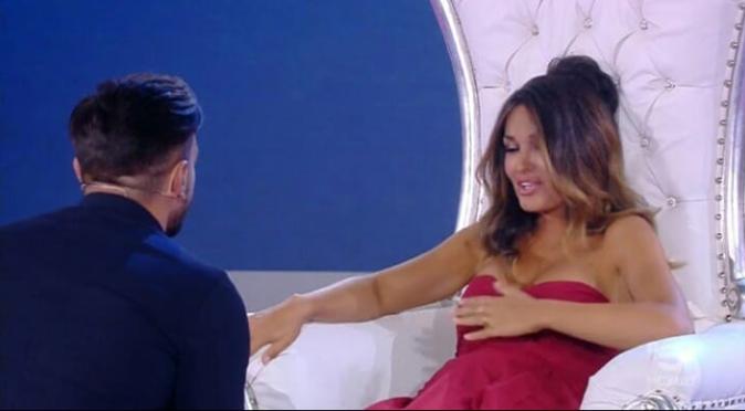 """Isola dei Famosi, Pietro Tartaglione chiede a Rosa Perrotta: """"Mi vuoi sposare?"""", ecco la sua risposta"""
