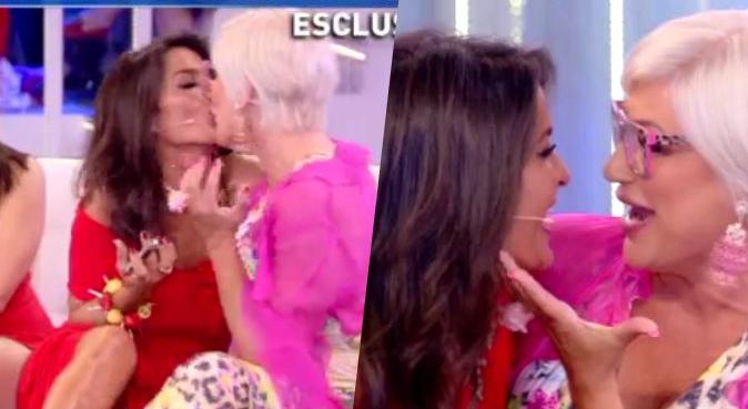 Aida Nizar e Lucia Bramieri, scatta il bacio lesbo della pace: applausi a Domenica Live con Barbara d'Urso