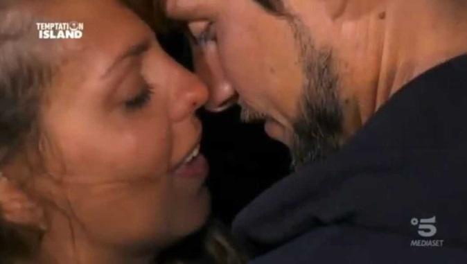 """Temptation Island, Martina bacia il tentatore Andrew: """"Tutti meritiamo la felicità"""", messaggio a Giampaolo?"""