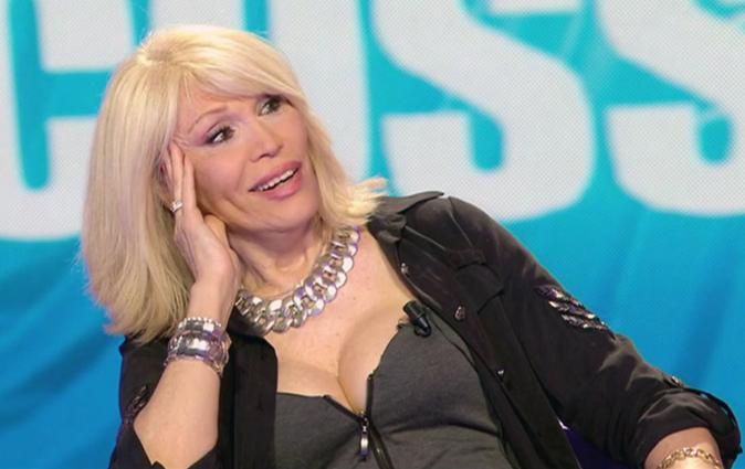"""Amanda Lear, la frecciatina a Barbara d'Urso: """"Non guardo i suoi programmi e mi indispettisce…"""""""