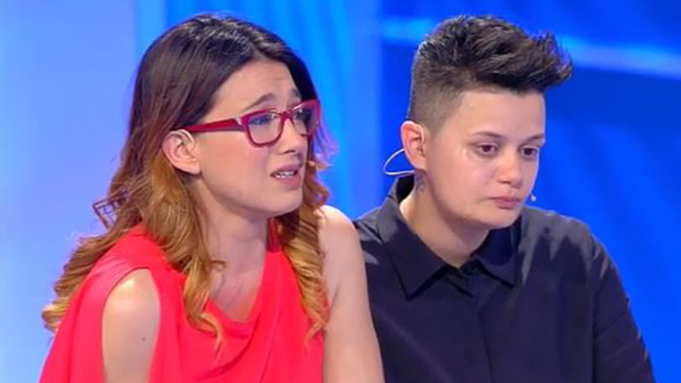 C'è posta per te, storia lesbo: figlia ripudiata dalla famiglia perché vuole sposare una donna (VIDEO)