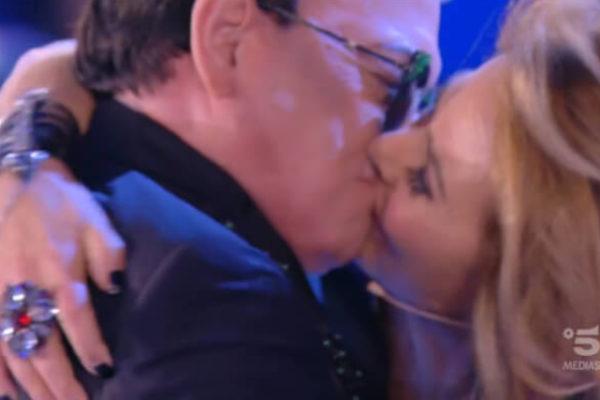 """Grande Fratello 2019, bacio choc: Malgioglio e Barbara d'Urso """"sfidano"""" i concorrenti"""