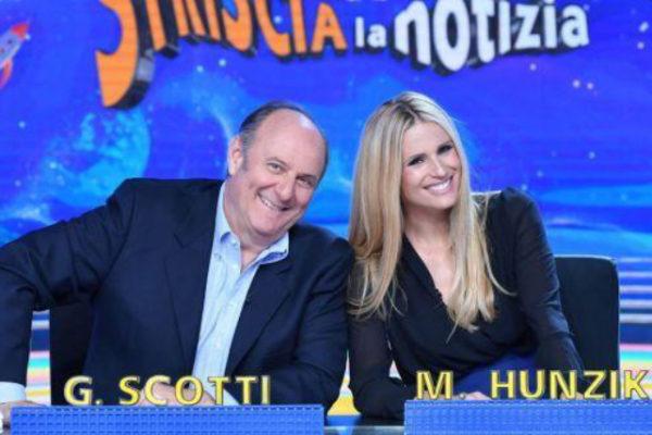 Striscia la Notizia: Michelle Hunziker e Gerry Scotti tornano dietro il bancone del TG