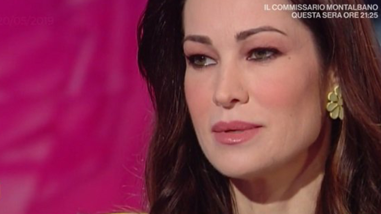 "Manuela Arcuri: ""Ho ricevuto avances dalle donne, feeling con il mondo gay"""