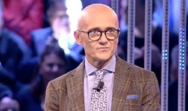 Alfonso Signorini conduce il GF VIP e sarà prof di Amici di Maria: l'indiscrezione