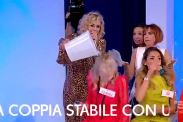 Tina Cipollari, secchiata d'acqua a Gemma Galgani: Maurizio Costanzo difende l'opinionista
