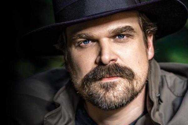 """Stranger Things 3, sceriffo Hopper preso di mira: """"Non fatevi fregare da questo schifo…"""""""