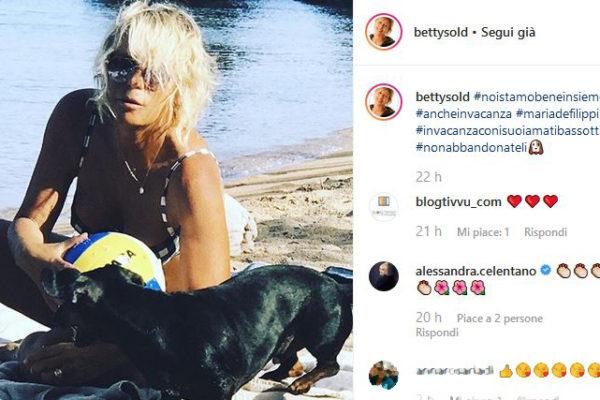 Maria De Filippi in vacanza con gli amici: il messaggio contro l'abbandono dei cani