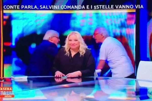 Lite Vittorio Sgarbi e Giampiero Mughini: volano insulti (e una sedia) a Stasera Italia – VIDEO